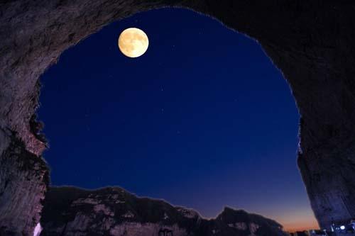 中秋之夜,明月东升,登上崂山太清宫东边的山顶,竹林荧光浮动,举目远望