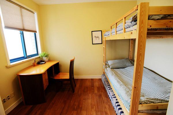 次卧有高低床,估计孩子们更喜欢这样的设计.