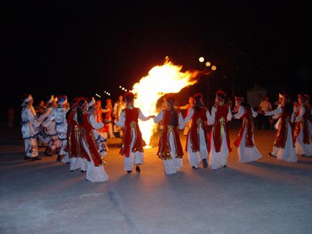 传统而别具特色的篝火晚会,就在雪山下进行,请来工布族人都是跳舞的