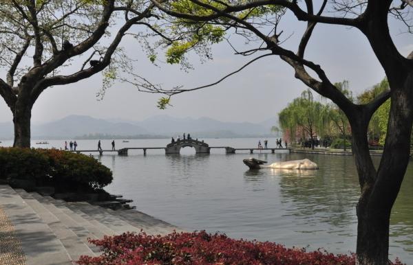 还是租一辆自行车沿湖骑行,亦或是泛舟湖上,欣赏湖光山色的美景,西湖