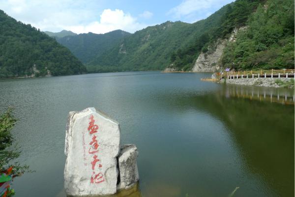 门票:景区门票70元     孟达天池位于青海省东部,是孟达自然保护