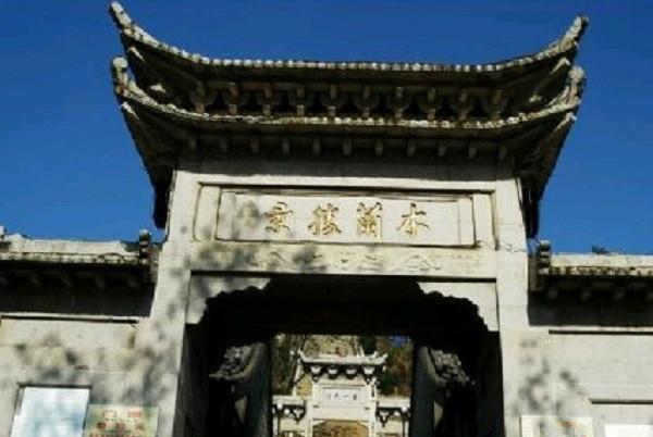 木兰湖风景区介绍      在木兰湖西岸往西行走三里,就是将军庙了.