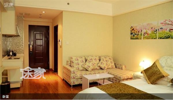 htm 客房介绍:房间的设计是欧式田园风格,经典的碎花沙发,纯色的电视