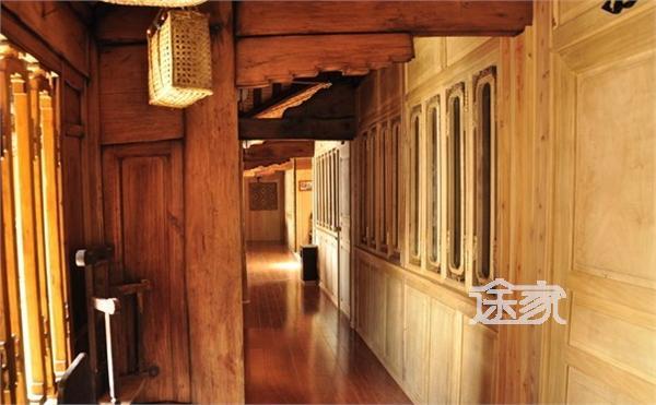 房间装饰是以深木色为基调的中式风格,配上中式木质家具,给人以古朴图片