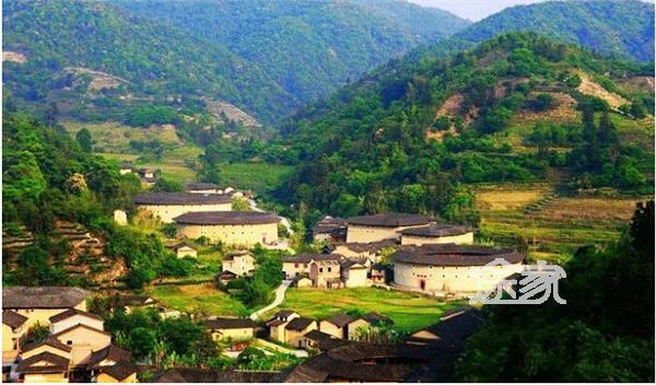公路沿寨而过,是黎平县通往两广最为快捷的陆路通道.