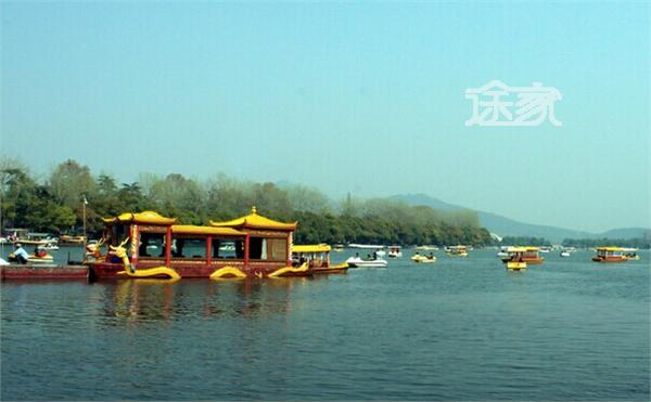 """玄武湖 玄武湖被誉为""""金陵明珠:,是中国当今最大的皇家园林湖泊."""